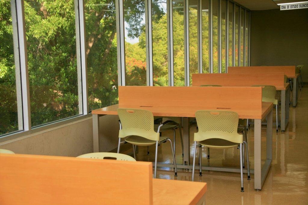 Foto de mesas en la biblioteca