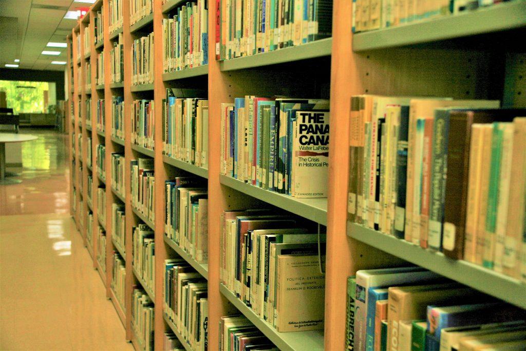 Foto de los libros en los anaqueles