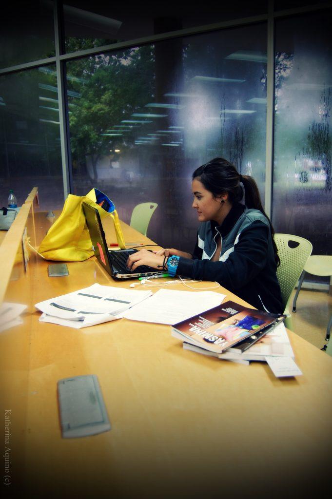 Estudiante estudiando en la Biblioteca
