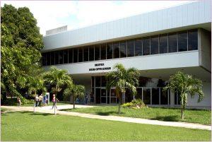 Fotografía de la Biblioteca Adelina Coppin Alvarado - vista del lado del edificio con las puertas de entrada.
