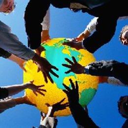 Logo representativo de las Ciencias Sociales, una serie de personas de diferentes castas sosteniendo un globo terraqueo.