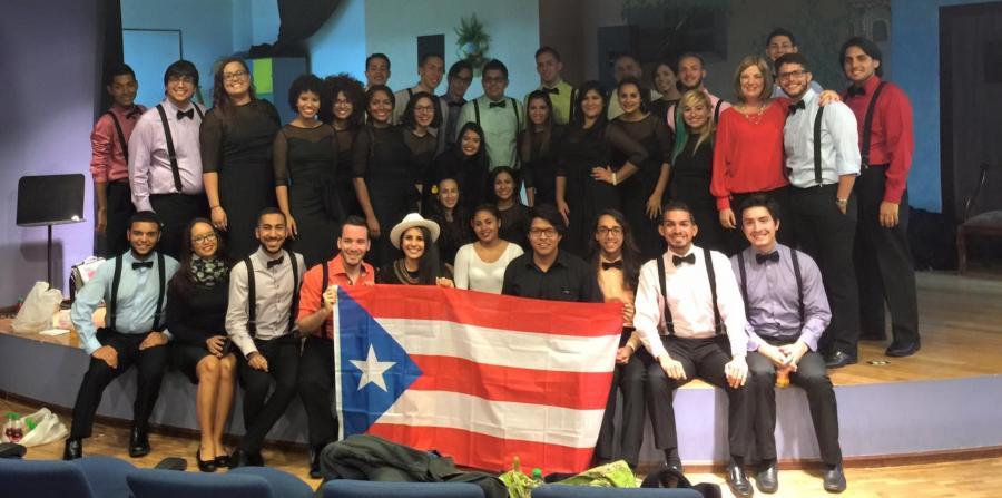 Imagen del Coro de la UPR Cayey con bandera de Puerto Rico