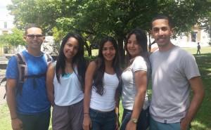 Imagen de estudiantes en la Plaza Agustín Stahl
