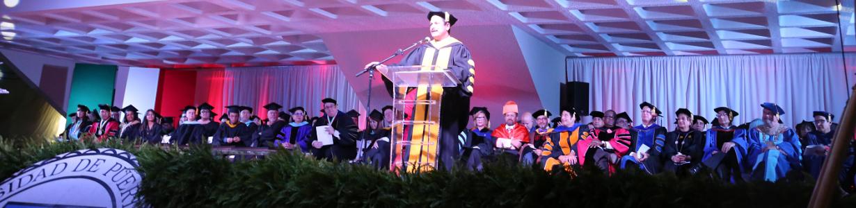 Imagen del Claustro participando en la graduación de la UPR Cayey 2015