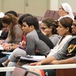 Estudiantes de UPRH en conferencia en el teatro