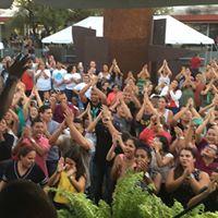 Foto de estudiantes en la plazoleta UPRH