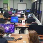 Foto de estudiantes haciendo uso de computadoras
