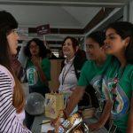 Estudiantes orientando a otros estudiantes sobre los diversos programas académicos