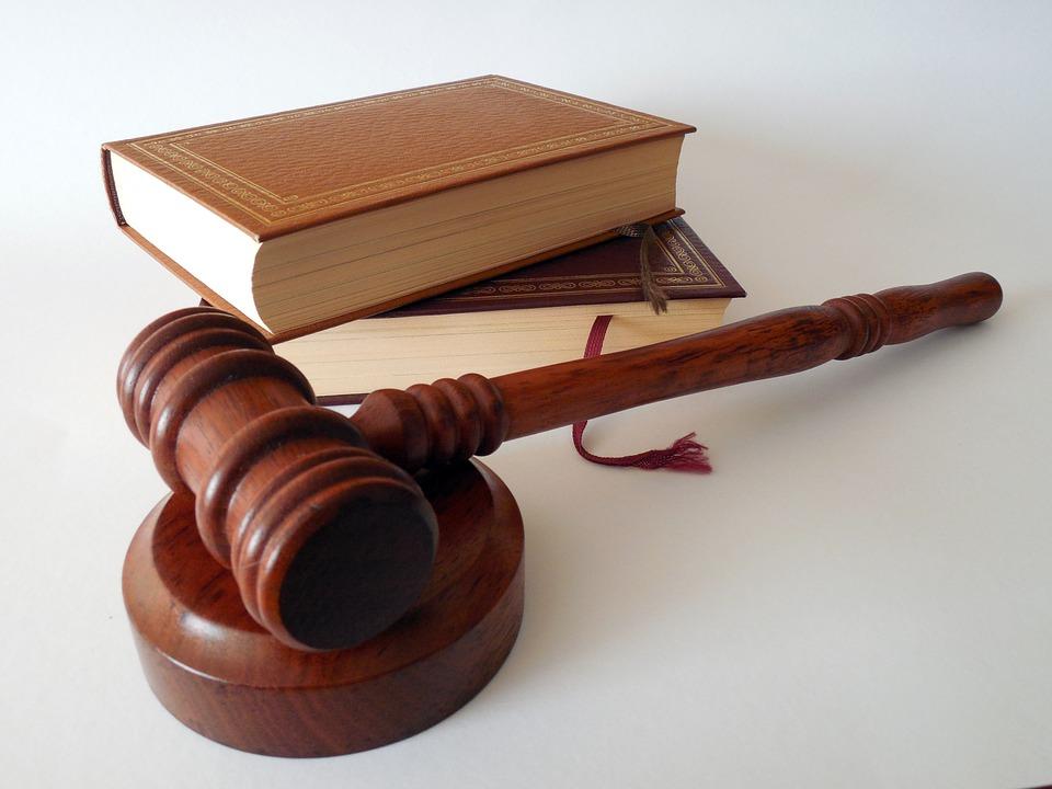 Mallete de juez y libros