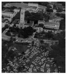 Vista aérea de automóviles estacionados en la grama frente a la torre del Recinto de Río Piedras, en un día de elecciones generales, 1964. Foto: Eddie Figueroa/Colección del Periódico El Mundo/Biblioteca Digital Puertorriqueña UPR.Imagen 1 de 16